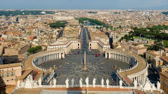 800px-St_Peter's_Square,_Vatican_City_-_April_2007