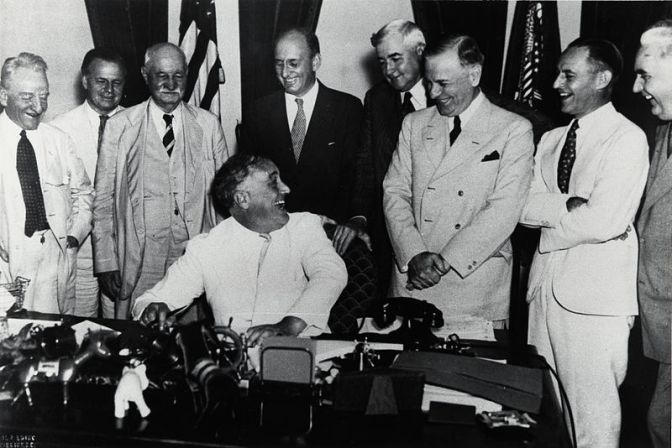 Franklin_Delano_Roosevelt_signs_Banking_Act_of_1935