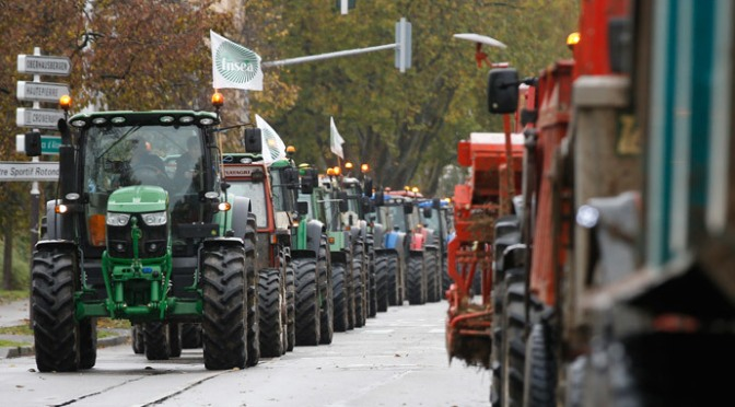 French Farmers Dump Tons of Manure @ Gov't Buildings