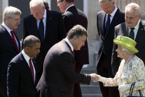 Ukraine's+President+Petro+Poroshenko+shakes+hands+with+the+Queen