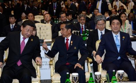 AACC 2015, Jakarta - Presiden Joko Widodo (tengah) berbincang dengan Presiden Tiongkok Xi Jinping (kiri) dan Perdana Menteri Jepang, Shinzo Abe (kanan) sebelum pembukaan Konferensi Tingkat Tinggi (KTT) Asia Afrika tahun 2015 di Jakarta Convention Center, R