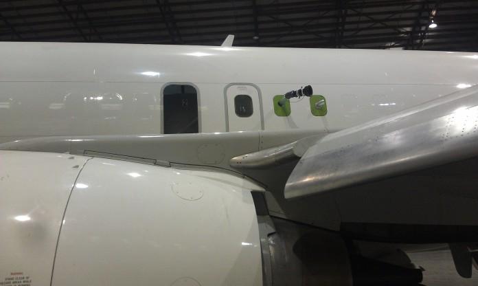 Spritzgerät und Auspuff installiert - Ansicht vor dem linken Flügel.
