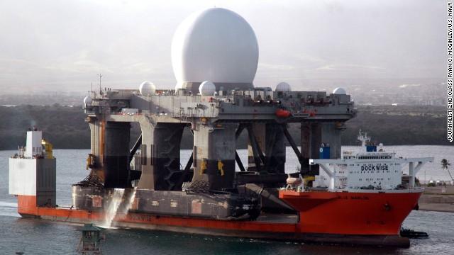 060109-N-3019M-012 Pearl Harbor, Hawaii (9. Januar 2006) - Das Schwergutschiff MV Blue Marlin erreicht Pearl Harbor, Hawaii, mit dem seebasierten X-Band-Radar (SBX) nach einer Fahrt von 24.000 Kilometern von Corpus Christi, Texas.  SBX ist eine Kombination aus dem weltweit größten X-Band-Phased-Array-Radar, das an Bord einer mobilen, hochseetauglichen Ölplattform transportiert wird.  Es wird die Nation mit hochentwickelter ballistischer Raketenerkennung versorgen und in der Lage sein, einen feindlichen Sprengkopf von Täuschkörpern und Gegenmaßnahmen zu unterscheiden.  Die SBX wird in Pearl Harbor geringfügige Änderungen, Wartungen und Routineinspektionen nach dem Transport durchführen, bevor sie ihre Reise zu ihrem Heimathafen in Adak, Alaska, auf den Aleuten, abschließt.  US Navy Foto des Journalisten 2. Klasse Ryan C. McGinley (FREIGEGEBEN)