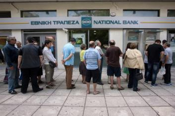 People line up to withdraw cash from a National Bank ATM in Thessaloniki, Greece June 27, 2015. REUTERS/Alexandros Avramidis
