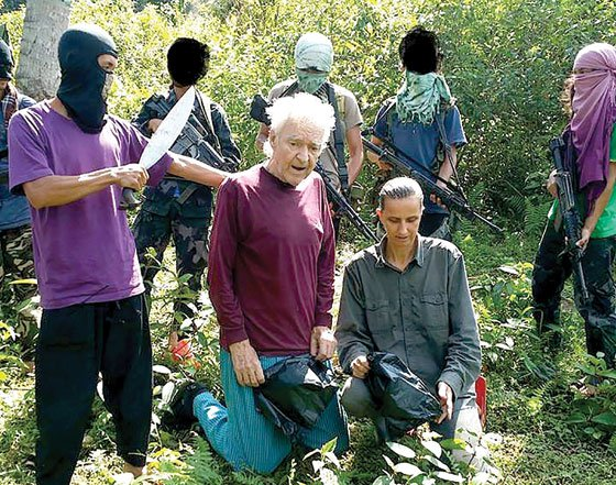 This photo released by the Abu Sayyaf shows German hostages Stefan Viktor Okonek and Herike Diesen. (Photos from website worldanalysis.net)