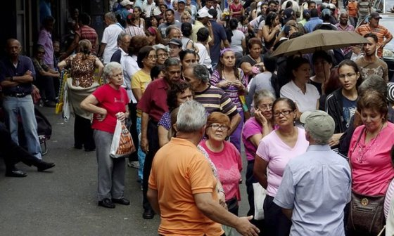 venezuelans lline up for food
