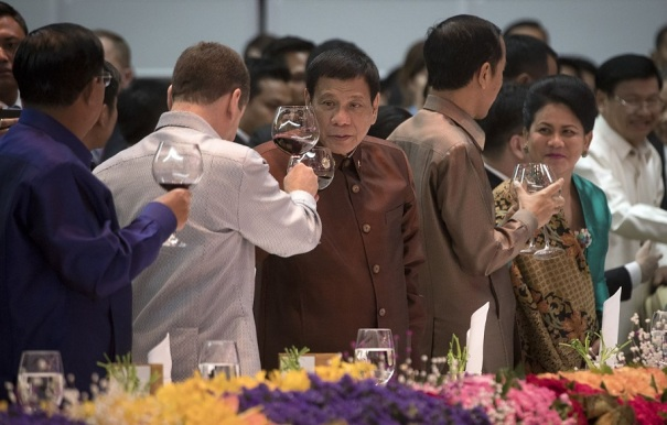 duterte-toasts-with-medvedev