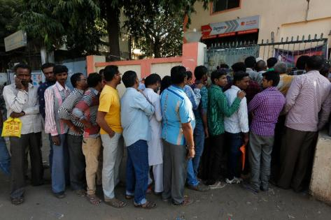 indians-queue-up-outside-a-bank