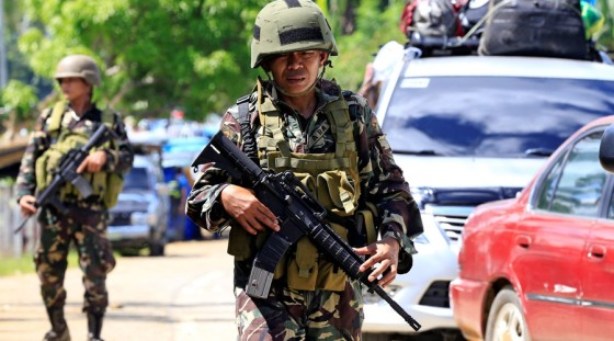 Government troops guard a checkpoint in town of Pantar in Lanao del Norte after residents began evacuating their hometown of Marawi in the southern Philippines, May 24, 2017 © Romeo Ranoco / Reuters