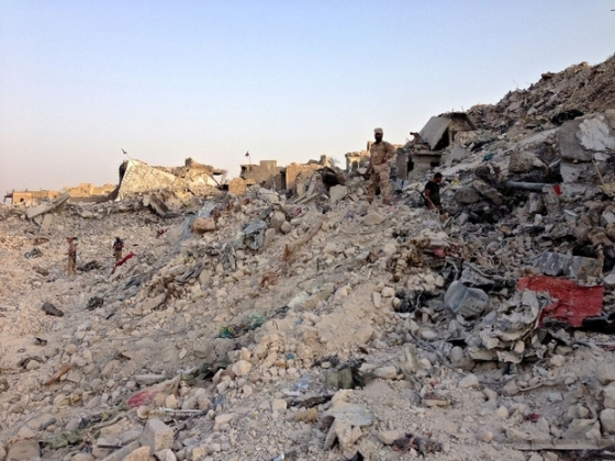 Iraqi soldiers pick through the rubble and ruins of the Old City (MEE)