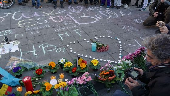 People gathering, chalk drawings and flowers for the victims. The largest message says (translated from French), Brussels is beautiful, with further inscriptions of Stop violence, Stop war, Unity, and Humanity. (Source: Wikimedia Commons)