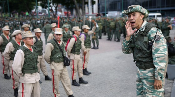 Members of the National Bolivarian Militia get ready before a military exercise in Caracas, Venezuela August 26, 2017. © Andres Martinez Casares / Reuters
