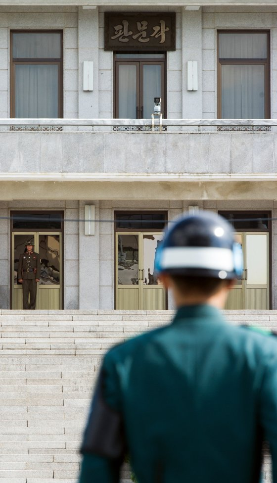 © AFP 2017/ KIM DOO-HO A South Korean JSA guard (front R) and North Korean guard (L) stand guard opposite each other at the border of the truce village of Panmunjom in the Demilitarized zone (DMZ) dividing the two Koreas. File photo.