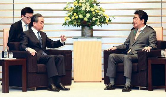 Japan's Prime Minister Shinzo Abe (right front) meets China's State Councilor and Foreign Minister Wang Yi in Tokyo, Japan, April 16, 2018.